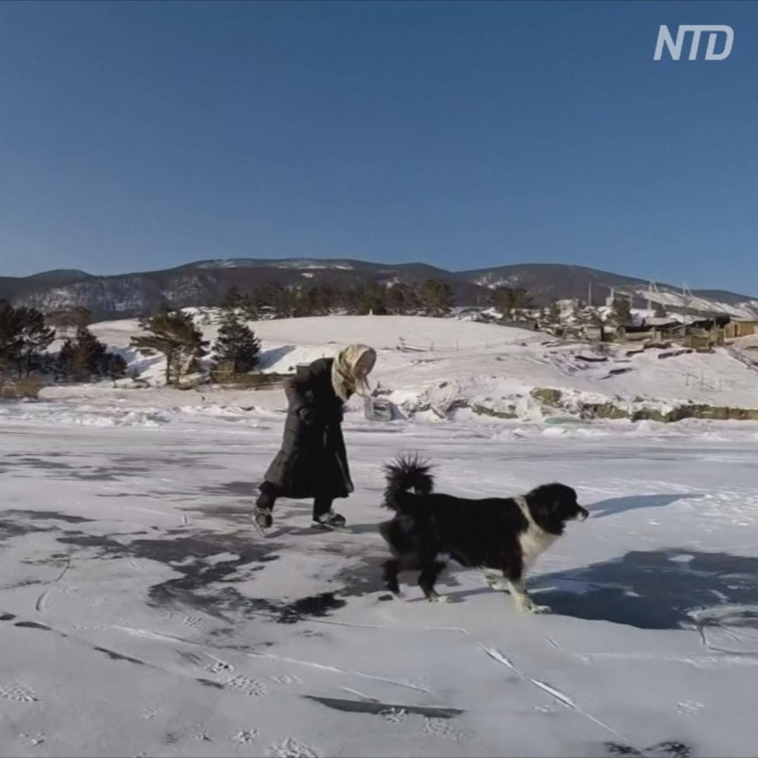 Как бабушка катается по Байкалу на коньках