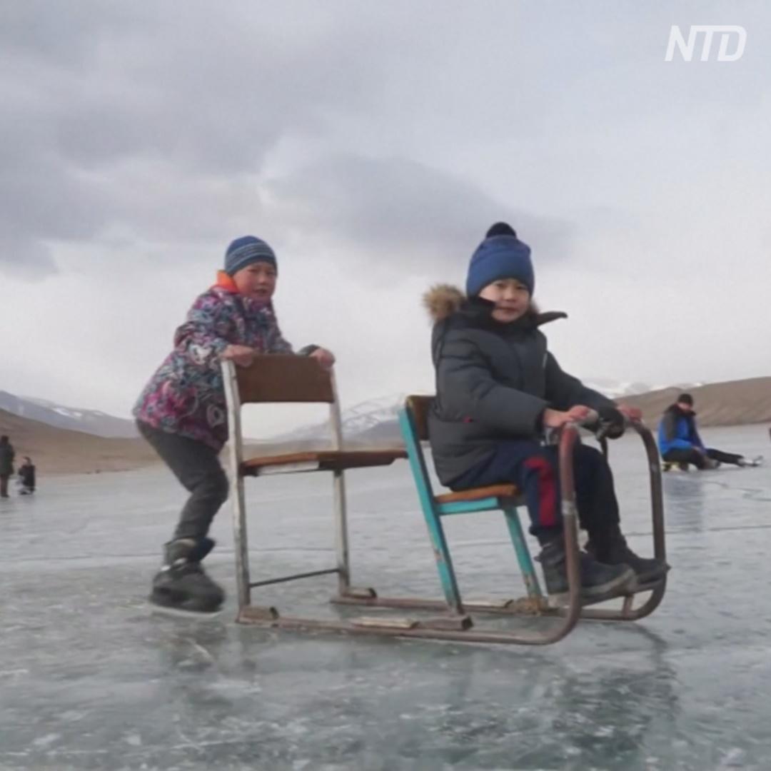 На высокогорном кыргызском озере катаются на коньках и санках