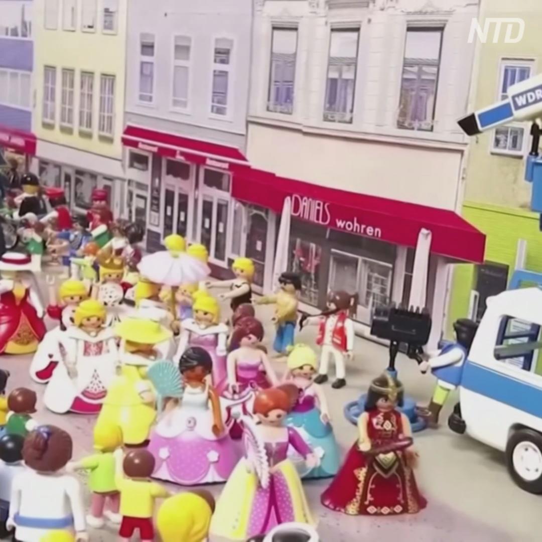 Немец воссоздал парад из наборов Playmobil