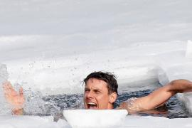 Чех в одних плавках проплыл подо льдом 81 м и установил рекорд