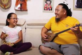 Дуэт мастера горлового пения с дочерью набрал более 3 млн просмотров