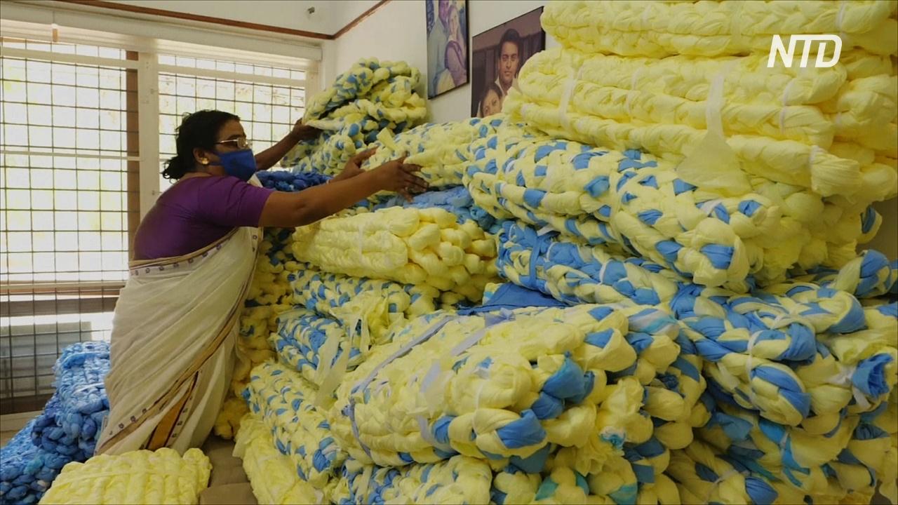 Индианка делает матрасы из отходов, остающихся при производстве масок