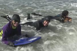 Пожилые бодибордистки отметили 8 марта, катаясь на досках у побережья Калифорнии