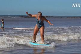Сёрфинг для тела и души: пожилым уругвайцам помогают поддерживать форму и обретать новых друзей