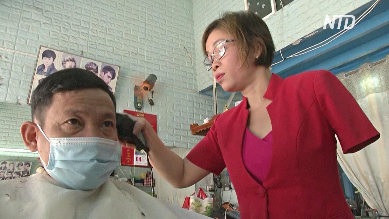 Парикмахер научилась мастерски стричь одной рукой