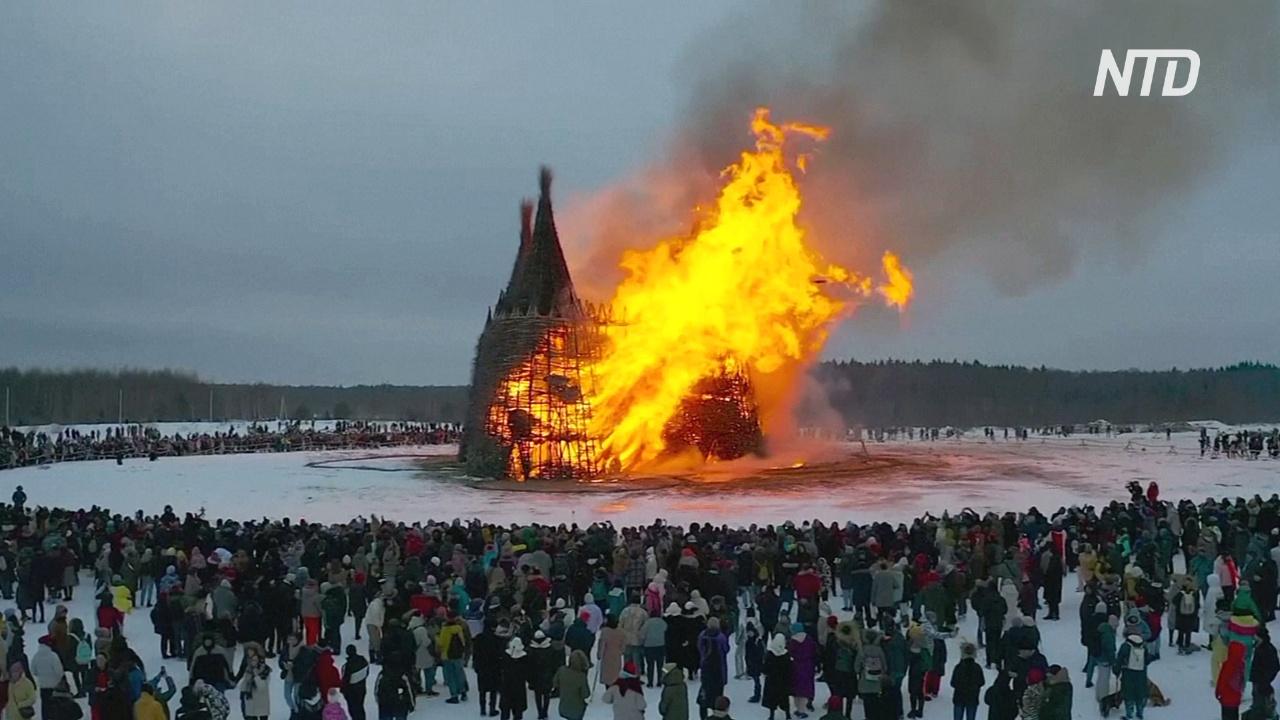 В России на Масленицу сожгли башню из лозы, символизирующую коронавирус