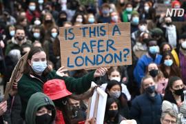В Лондоне выступают против произвола полиции на фоне убийства Сары Эверард