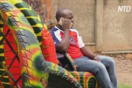 Руандийские мастера превращают старые покрышки в кресла, столы и обувь