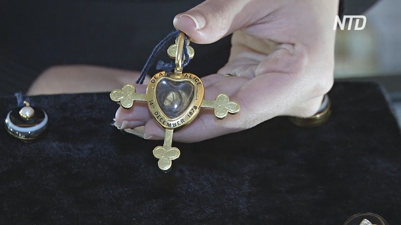 Траурные подвески королевы: Sotheby's выставит на торги уникальные артефакты