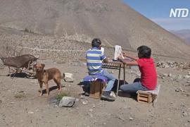 Школьники в Чили каждый день ходят на гору, чтобы посещать онлайн-уроки