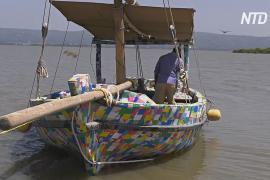 Сделанную из отходов пластиковую лодку спустили для плавания на озеро Виктория