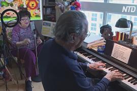 Пара пожилых музыкантов развлекает пользователей онлайн-концертами