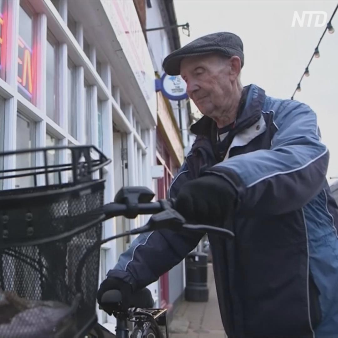 80-летний разносчик газет передумал уходить на пенсию после этого подарка