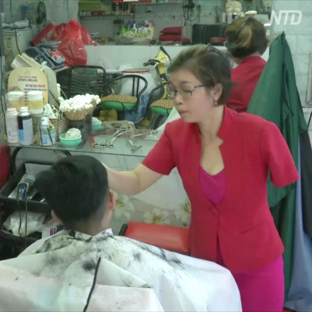 Как вьетнамский парикмахер стрижёт одной рукой