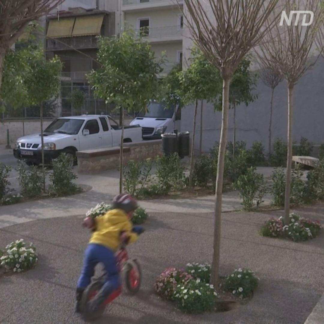 От жары в Афинах спасают мини-парки