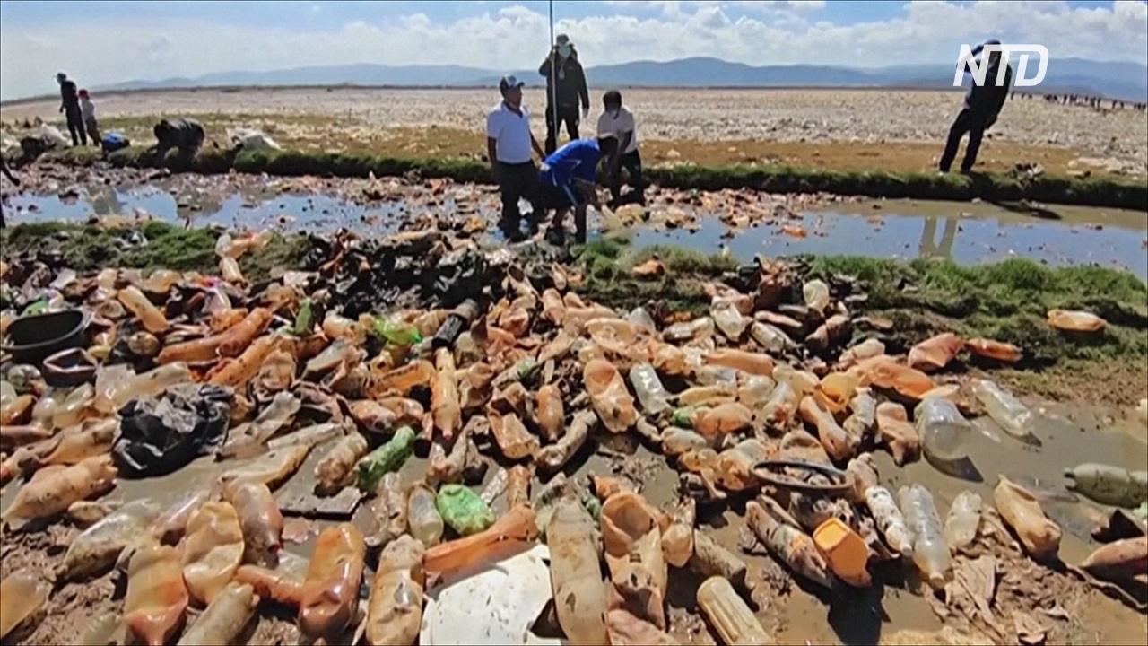 В боливийском озере Уру-Уру столько мусора, что не видно воды