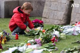 Жители Великобритании несут цветы к королевским дворцам