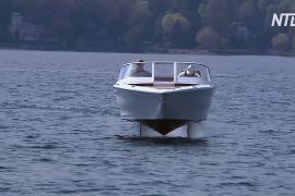 На озере в Италии испытывают электрокатер на подводных крыльях