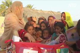 «Верблюжья библиотека» доставляет книги детям в пакистанской пустыне