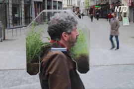 Оазис на голове: бельгиец вместо маски надевает на себя мини-теплицу