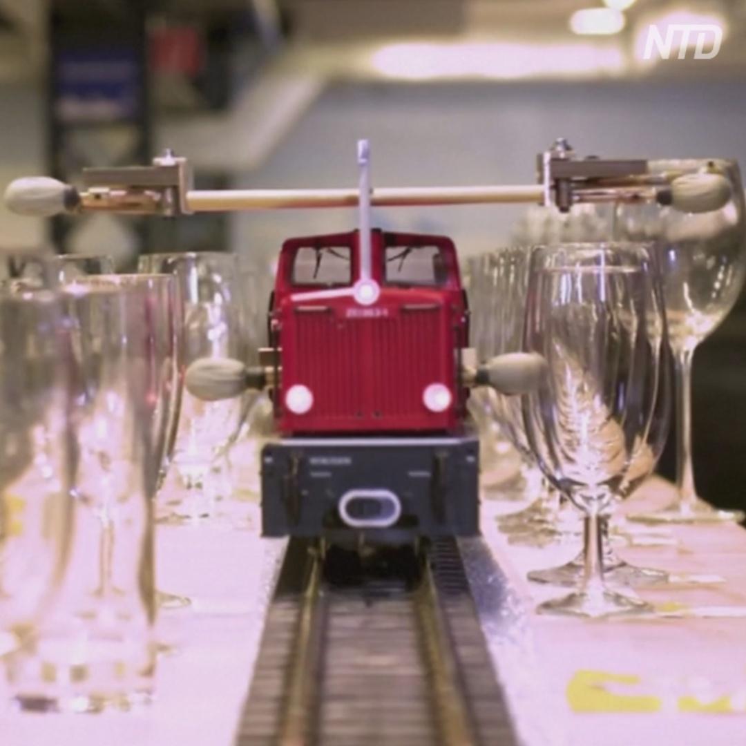 Как игрушечный поезд сыграл самую длинную мелодию на бокалах