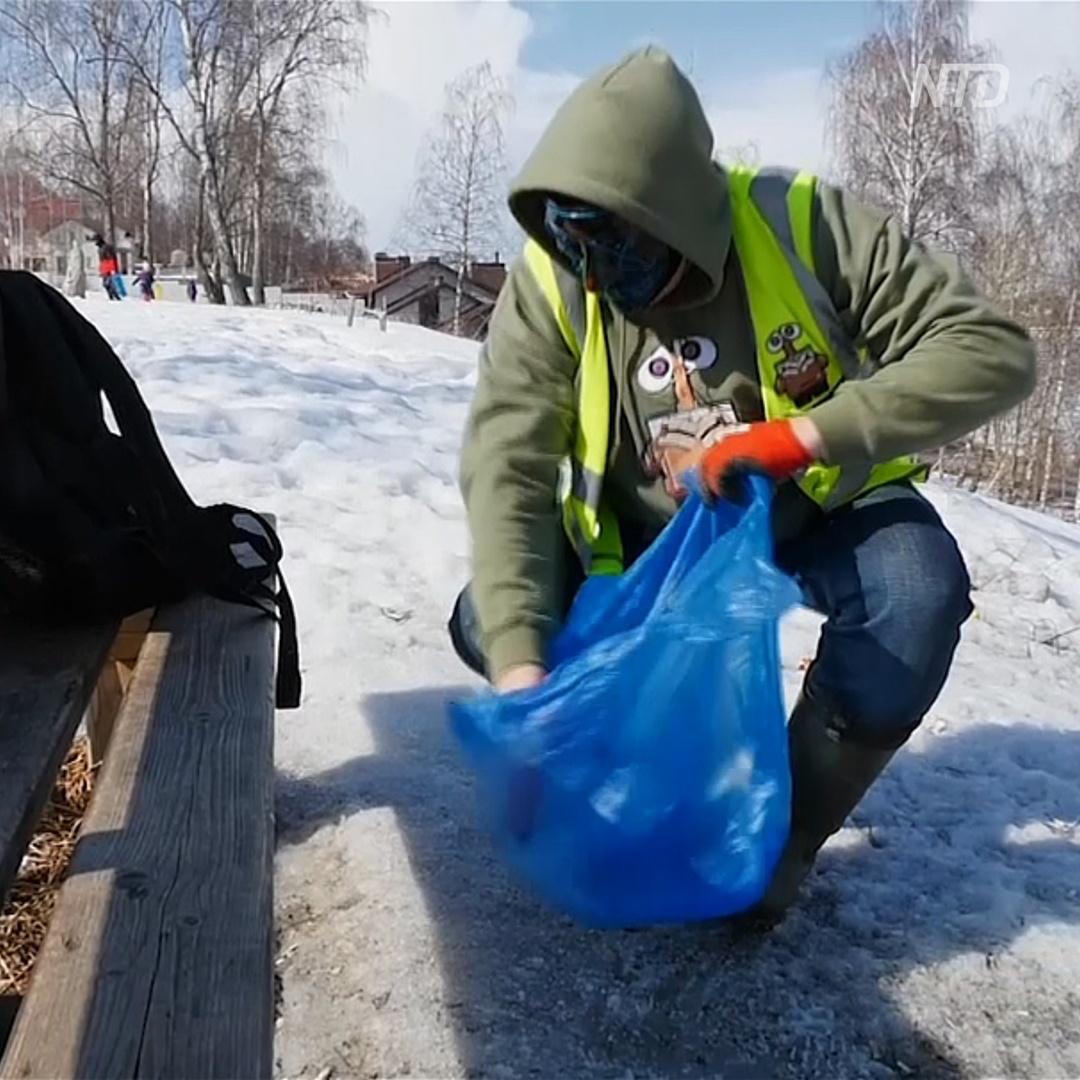 Кострому от мусора избавляет волонтёр в маске