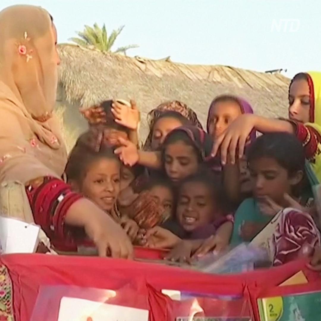 «Верблюжью библиотеку» создали для детей в пустыне Пакистана