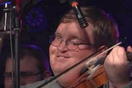 Слепой музыкант изумляет виртуозной игрой на скрипке