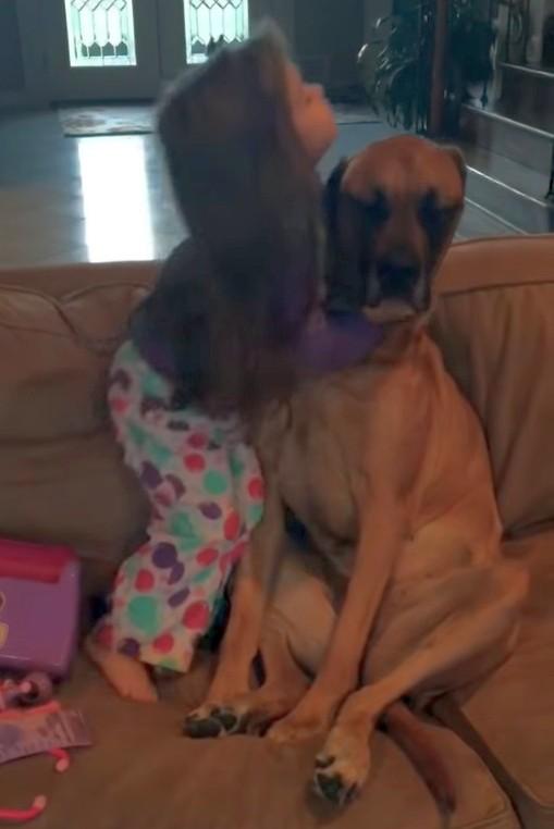 2021 05 07 151618 - Как малышка «лечила» собаку. Весёлое видео