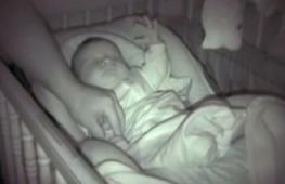 Как папа укладывает младенца спать, посмотрели в сети 15 млн раз