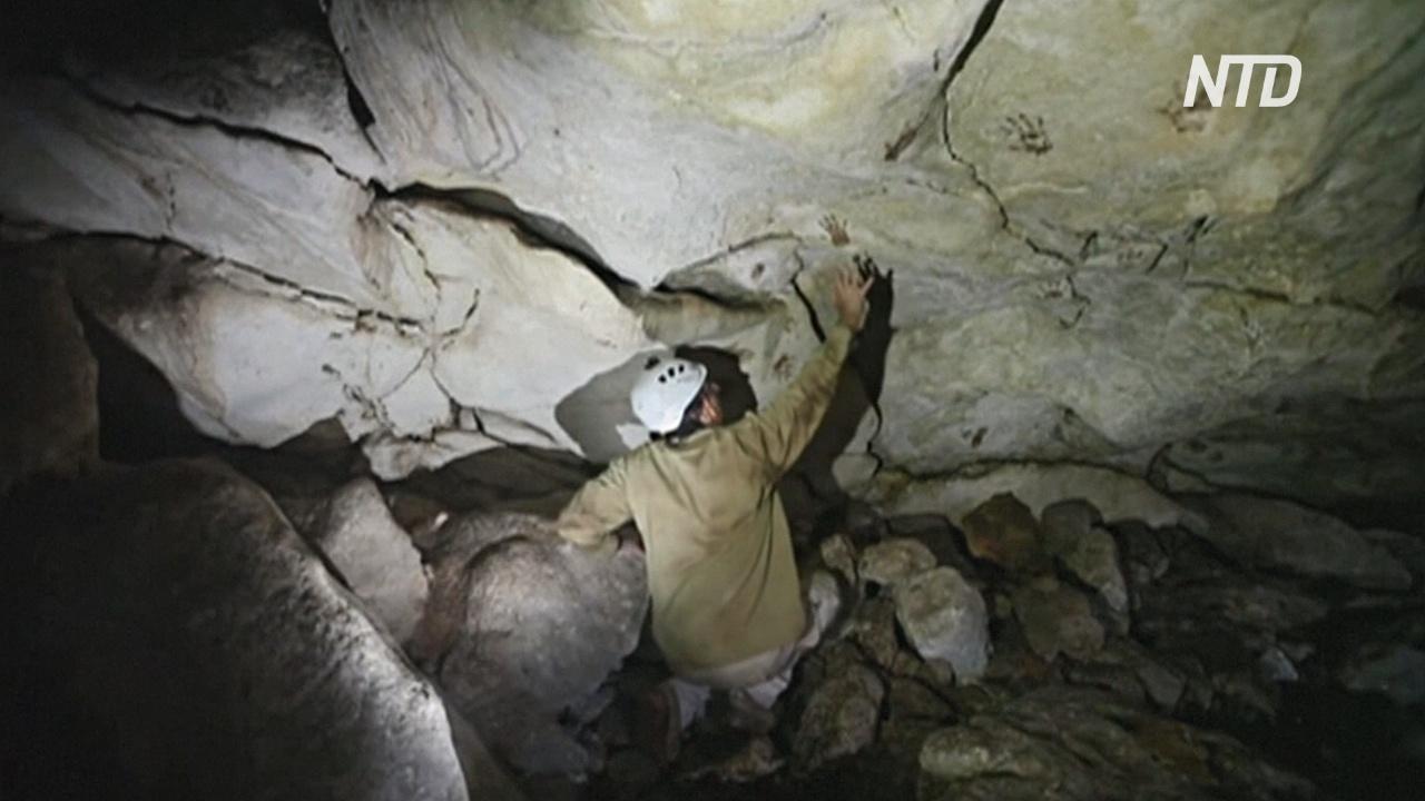 Загадочные отпечатки рук детей исследуют в пещере в Мексике