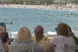 «Как в старые добрые времена»: греки снова сидят в кафе и ресторанах