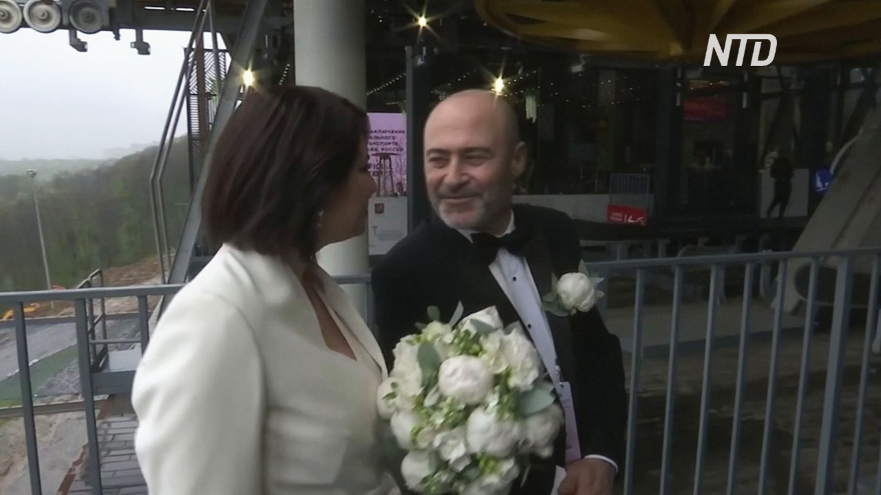 В Москве 30 пар поженились на канатной дороге, чтобы установить мировой рекорд