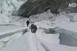 Первые смерти в этом сезоне: на Эвересте скончалось два альпиниста