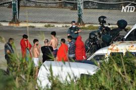 Рекордно большая группа мигрантов вторглась в испанский полуанклав Сеута