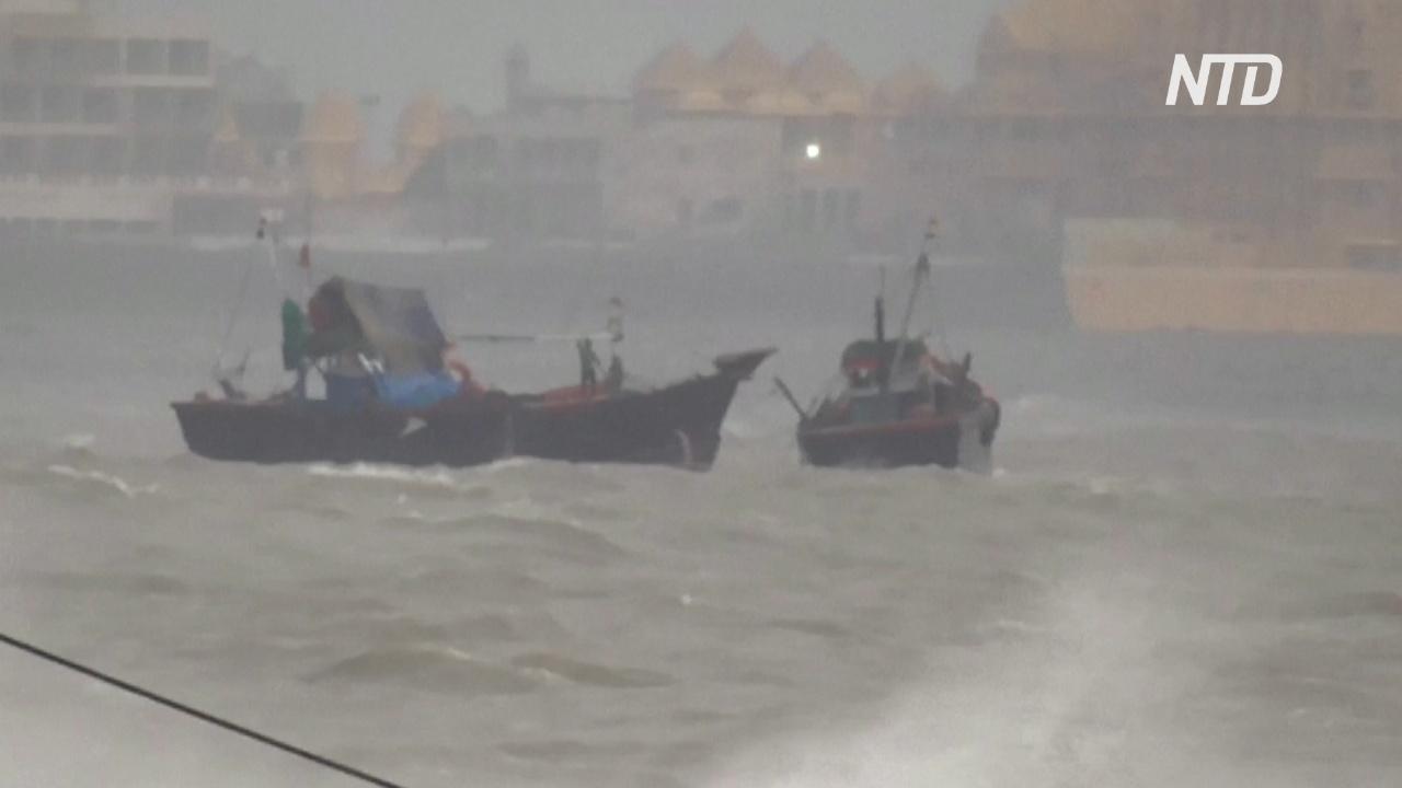 В Индии ищут 80 нефтяников с баржи, перевернувшейся из-за циклона