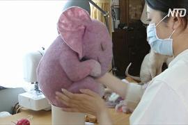Китайская мастерица по валянию делает грибы и слонов в позе эмбриона