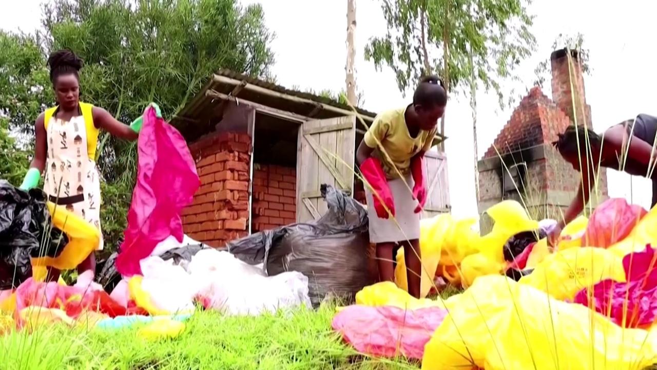 Угандийка делает из мусора модные сумки