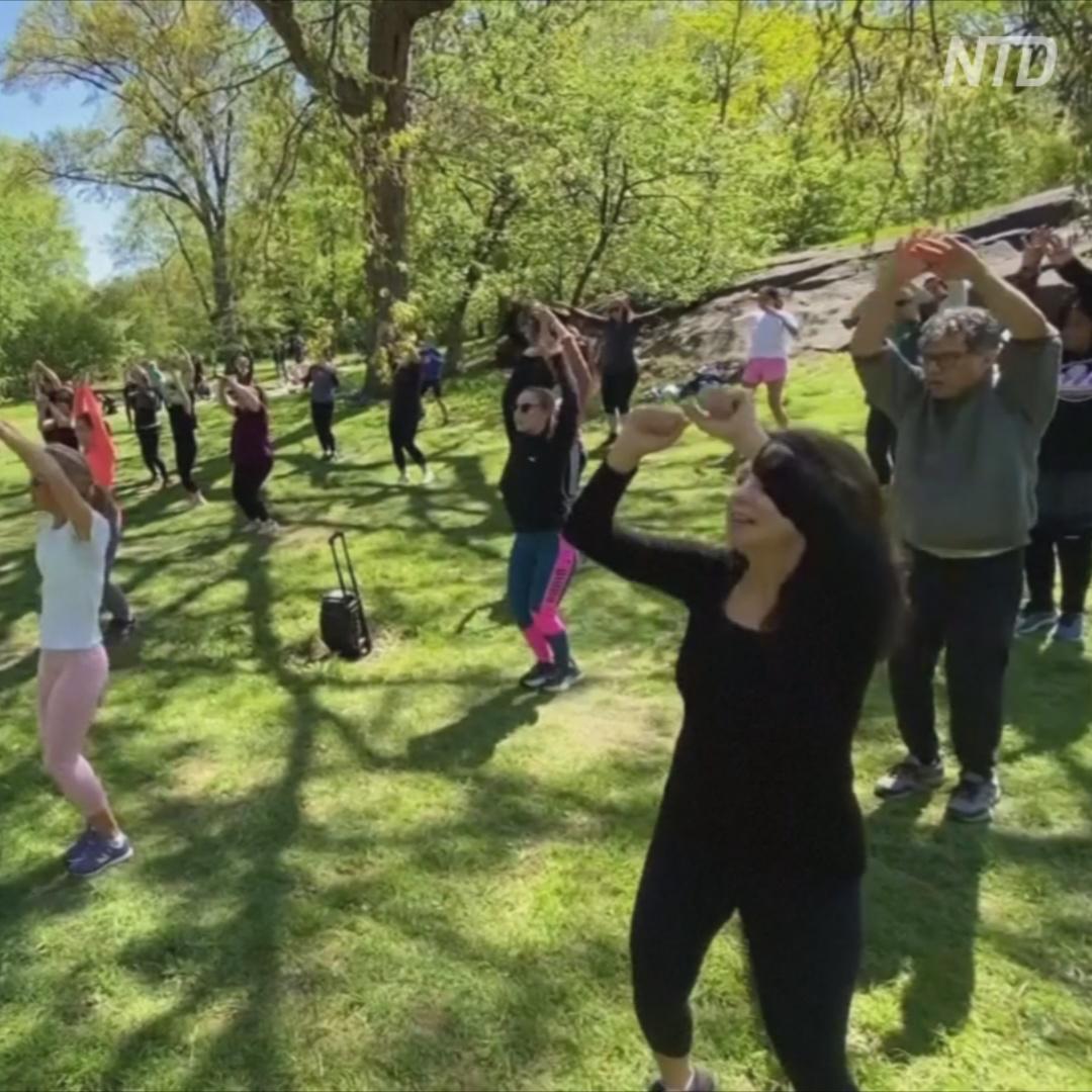 Как десятки людей танцуют зумбу в парке Нью-Йорка