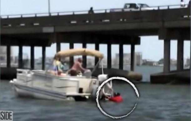 Pomoshh - Мужчина прыгнул с 7-метровой высоты, чтобы спасти ребёнка
