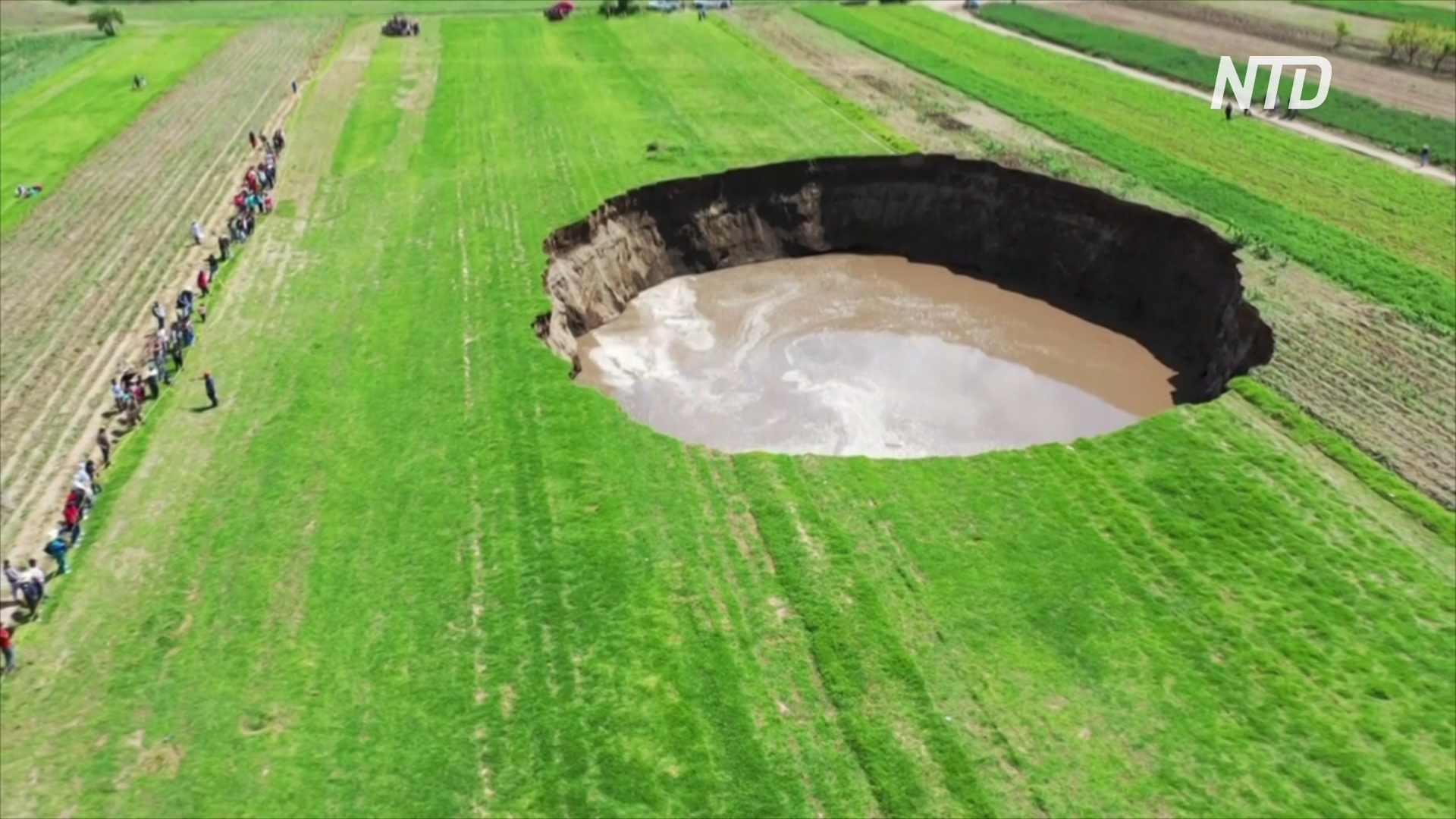 Провал диаметром 80 м появился посреди поля в Мексике