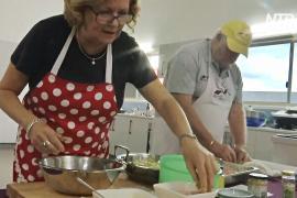 Приготовить пюре и отбивную: одиноких мужчин Австралии обучают кулинарии