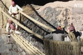 Индейцы вручную возводят гигантский верёвочный мост в Перу