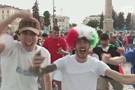 Итальянские болельщики празднуют победу сборной над Уэльсом