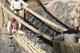 Индейцы восстанавливают древний верёвочный мост в Перу