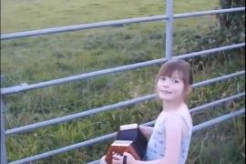 Зрителями выступления маленькой девочки стали коровы