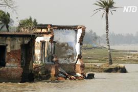 Индийская деревня постепенно сползает в реку из-за эрозии берега