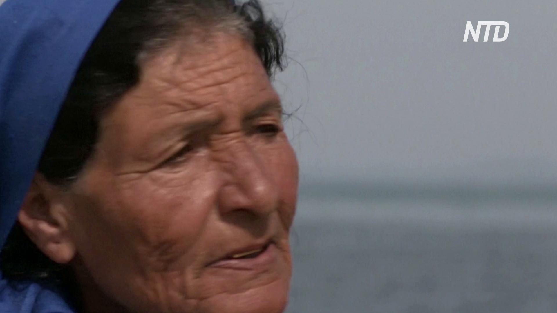 75-летняя женщина-рыбак разговаривает с морем о своих проблемах