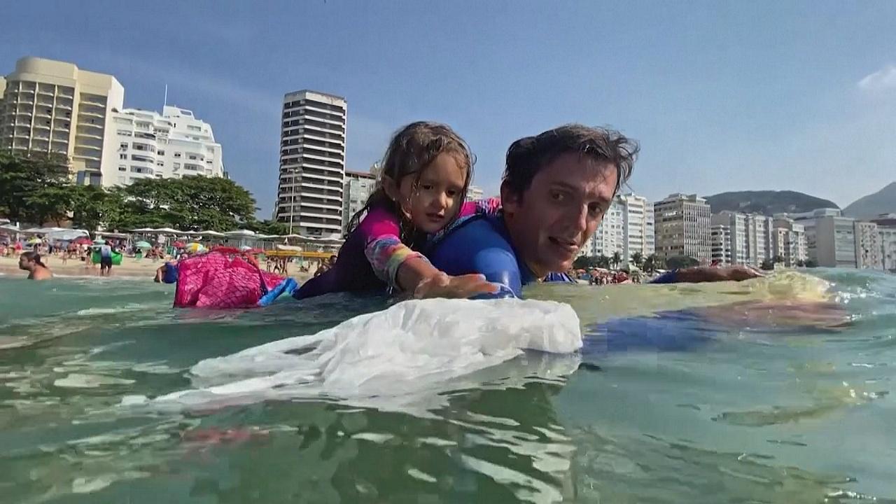 Спасает рыбу и черепах: 4-летняя девочка очищает от мусора залив Гуанабара