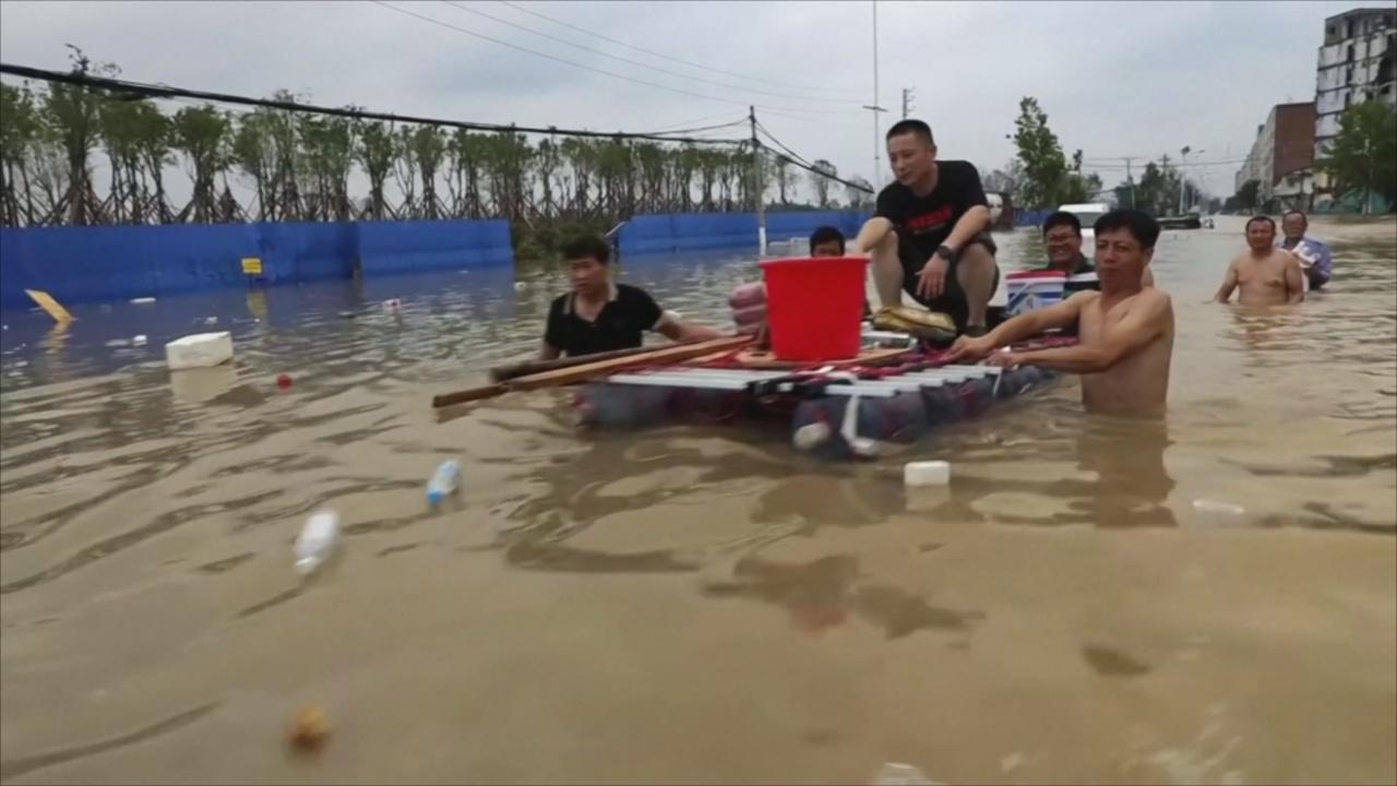 «Без еды, воды и электричества»: наводнение на три дня отрезало Чжэнчжоу от мира